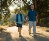anziani camminano per mano